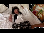 Garota morena fazendo anal