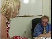 Garota loira fazendo um boquete profissional