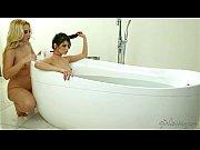 Shyla Jennings e Samantha Rone em hidromassagem