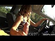 Καυλωμενη γκομενα παιζει τον πουτσο και γαμιεται στο αμαξι
