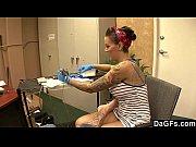 Tatuadora sativas seu cliente completamante