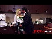 Tarada loira dando pro cunhado na cozinha