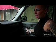 Morena tatuada se masturbando no carro