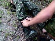 Soldados safados transando gostoso no meio do mato