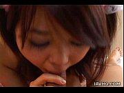 Japinha dando uma mamadinha no pênis pequeno