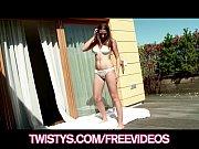 Novinha linda tocando uma na porta de casa