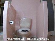 Morenaça se masturbando no banheiro