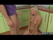 Loira magrinha dando o toba na cozinha