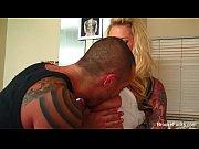 Loiraça peituda e tatuada levando varada