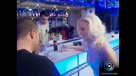 Ξανθιά MILF τον παίρνει στο bar