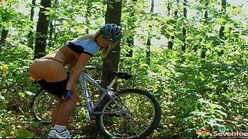 Оргазм женщины на велосипеде