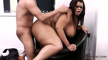 Imagen de Negra secretaria con gordo trasero y grandes muslos se la follan en la oficina