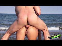 Ζευγάρι ευχαριστιέται πίπα και γαμήσι στην παραλία