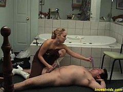 Madrasta deitou enteado no chão do banheiro