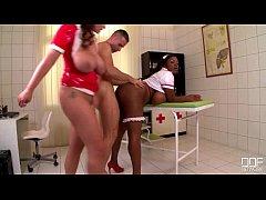 Enfermeiras peitudas transando com seu paciente