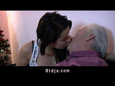 Ninfetinha dando sua bucetinha para o padrasto em casa