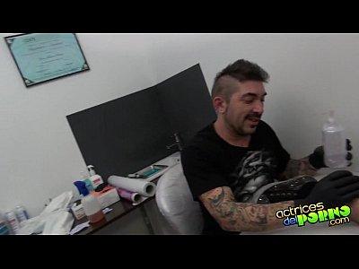 Follando mientras la tatuan