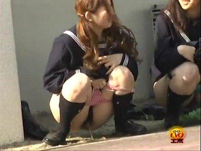 制服姿の激カワ女子校生達がトイレまで我慢出来ずに、野外でこっそりおしっこしちゃう放尿シーンを隠し撮り!