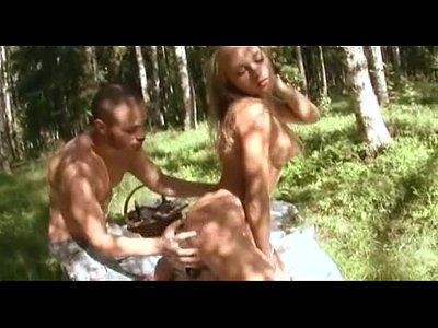Chica rubia se lo mama en medio del bosque