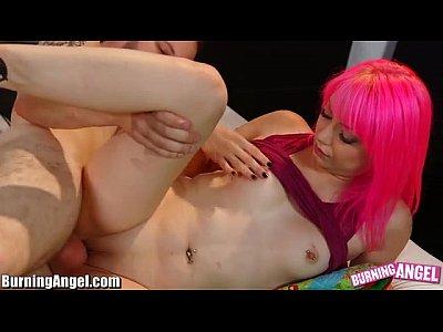 el pelo rosa adolescente follada a la derecha