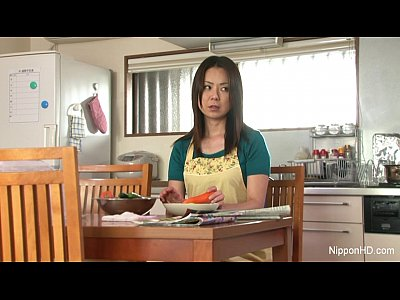 貪欲なオナニー…いやらしくマンコをこすり、指をピストンさせ、机の角に押し付け、野菜を挿入して自らを慰める…