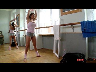 擦玻璃的清潔工搞上了正在熱身運動的女舞者.