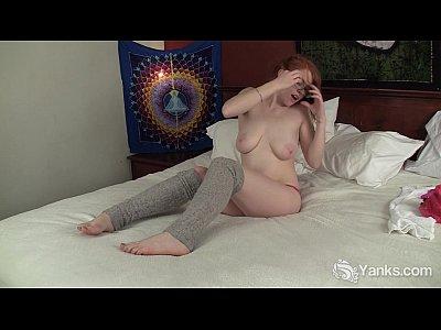 Branquinha nerd tendo uma masturbação muito gostosa