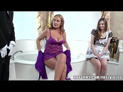 Καβλωμένη γκόμενα κάνει τρίο με τον υπηρέτη και την υπηρέτρια της στο μπάνιο