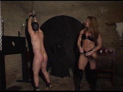 Разъярённая блондинка в подвале БДСМ порет подвешенного раба