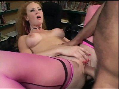 Ruiva sexy transando com o colega de trabalho
