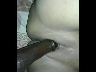 indonesia caliente mama bruto de mierda con un gran consolador negro en su coño regordete