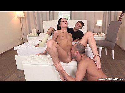 Парень трахает прекрасную  молодую русскую девушку при муже рогоносце