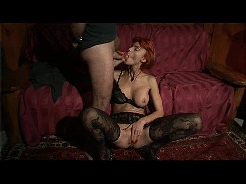 Зрелая рыжая красотка сосёт член член чувака и себя мастурбирует