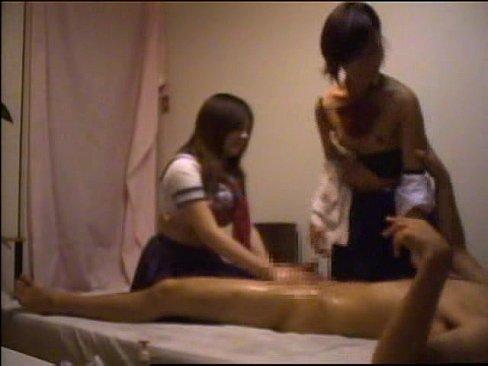 変態男が貧乳の激カワ女子校生を自宅に連れ込み3Pセックスを盗撮!恥ずかしそうにしながら一生懸命チンポを咥える女子校生エロすぎw