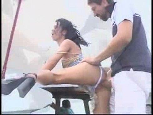 Morena rabuda dando o cu no barco