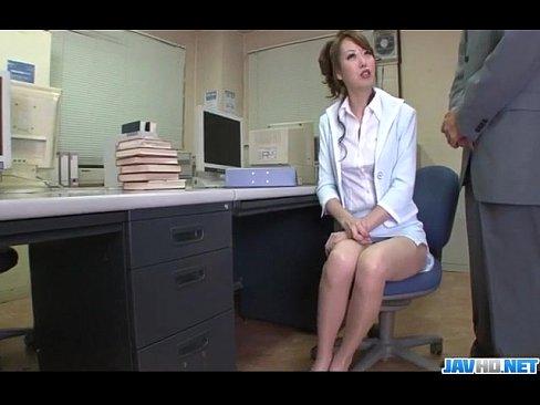秘書上班玩假陽具被經理發現了,這下糟了..