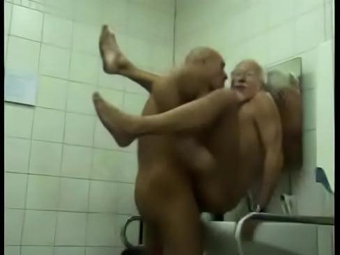 Coroas malhados transando no banheiro público