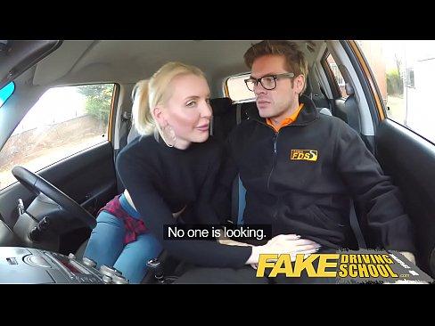 Soferita Ia Un Client In Masina De Uber Si Se Fute Cu El