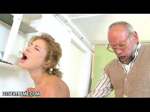 Doctor Mos Fute O Pacienta Care N-Are Incotro Si Se Fute Cu El