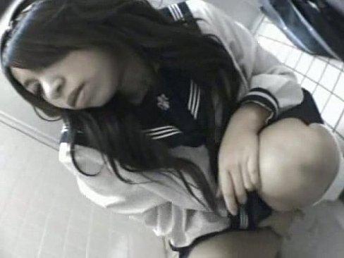 學校廁所聽到呻吟聲.. 偷看一下 竟然是女同學在自慰.快錄影