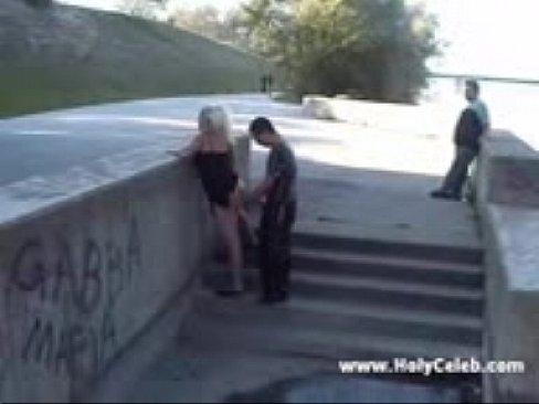 Блондинка обожает трахаться в общественных местах
