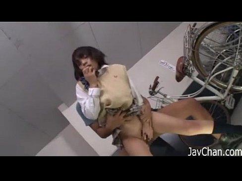 変態男に捕まった巨乳女子校生がその場でスカートをめくられ駐輪場でレイプ!