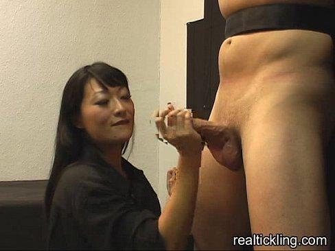 日本女孩努力的用雙手幫大肉棒取精 套弄許久 終於射了!