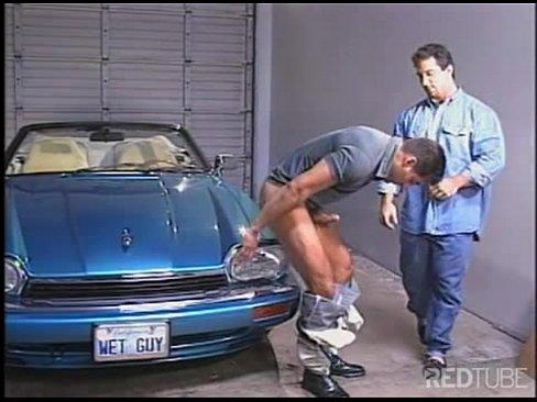 Gays maduros fazendo um sexo em cima do carro