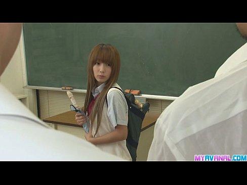 轉校女生剛到教室就被男生欺負 要人家脫褲子查處女