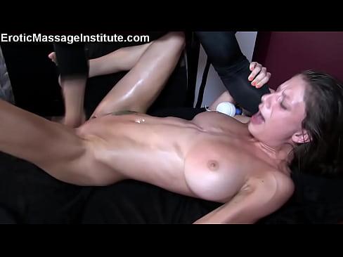 Массаж грудастой брюнетки закончился бурным оргазмом