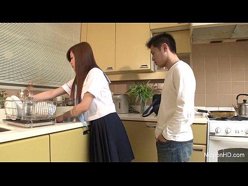 小女友要幫我做飯,但我更想跟她在廚房裡做愛!