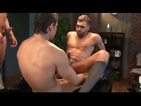 Suruba com machos gostoso no escritório