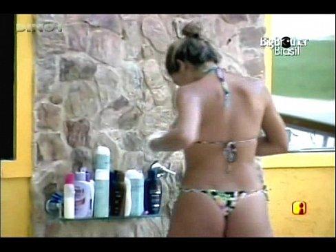 Adriana tomando ducha e ajeitando o biquíni