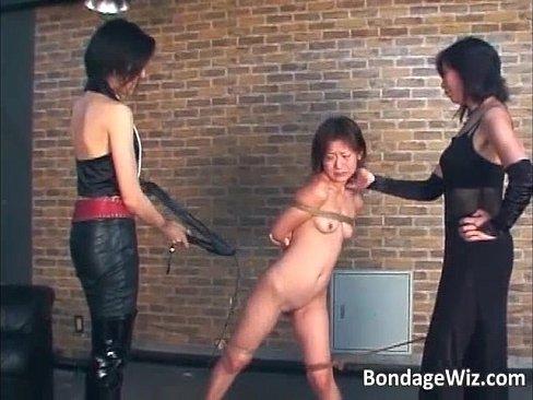 女王様2人掛かりで拷問レイプされるM女。背中で両手を拘束され股を開かされた状態で肉壺めがけて鞭打ちされ発狂。